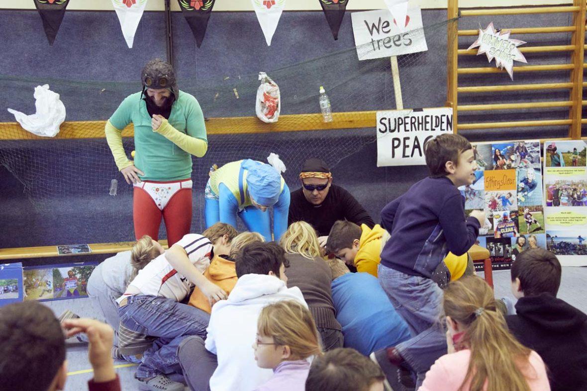 Die Kinder der Förderschule Spektrum suchen im Koffer nach passenden Kostümen.