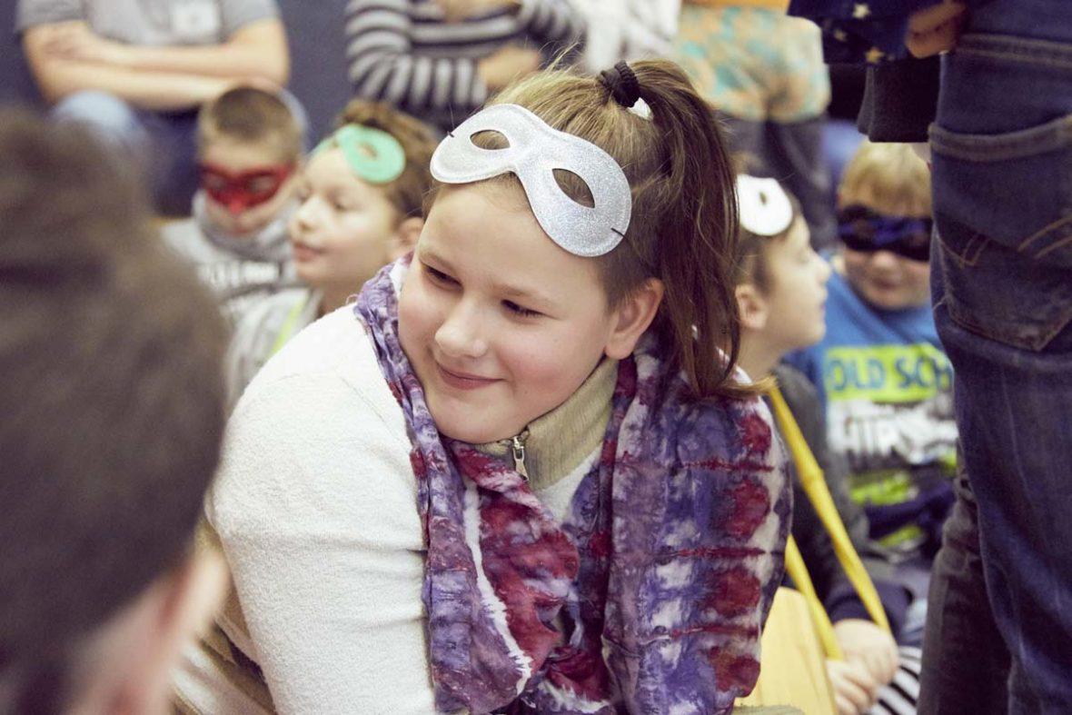 Ein Mädchen mit Superheldenmaske.