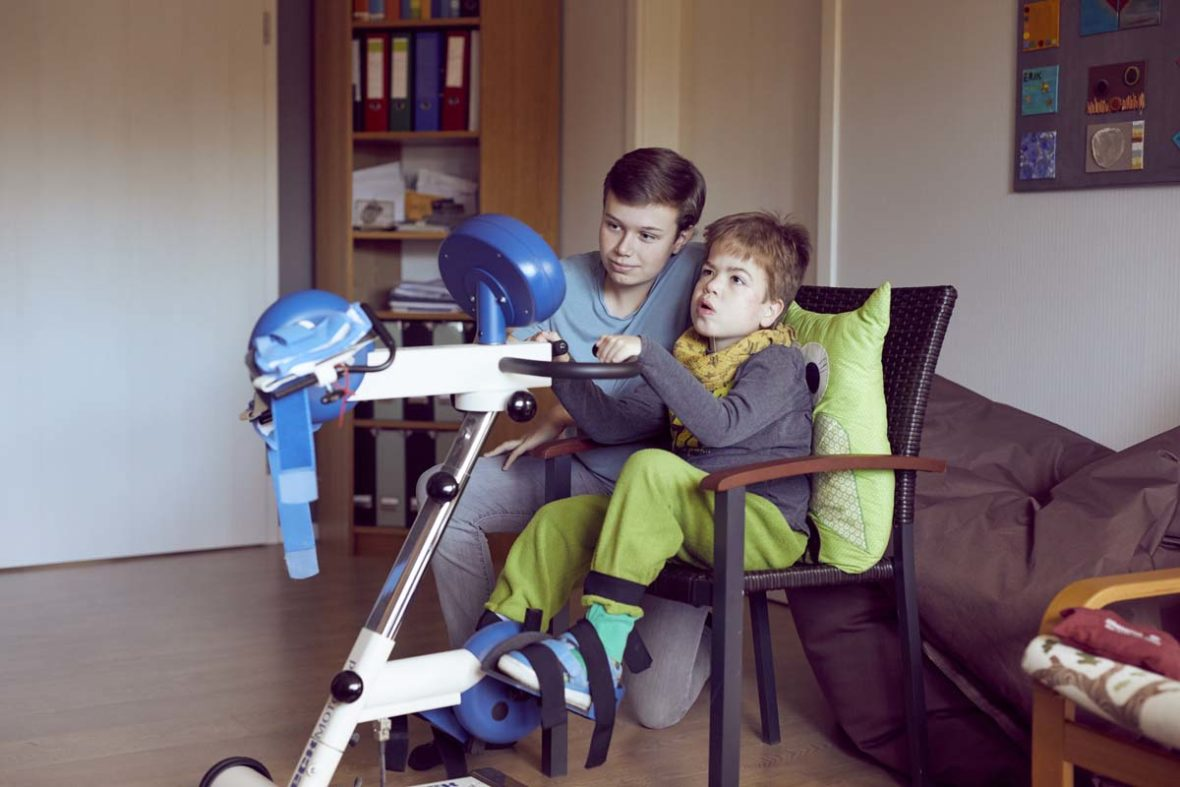 Erik unterstützt seinen jüngeren Bruder Filip am Thearpiegerät.