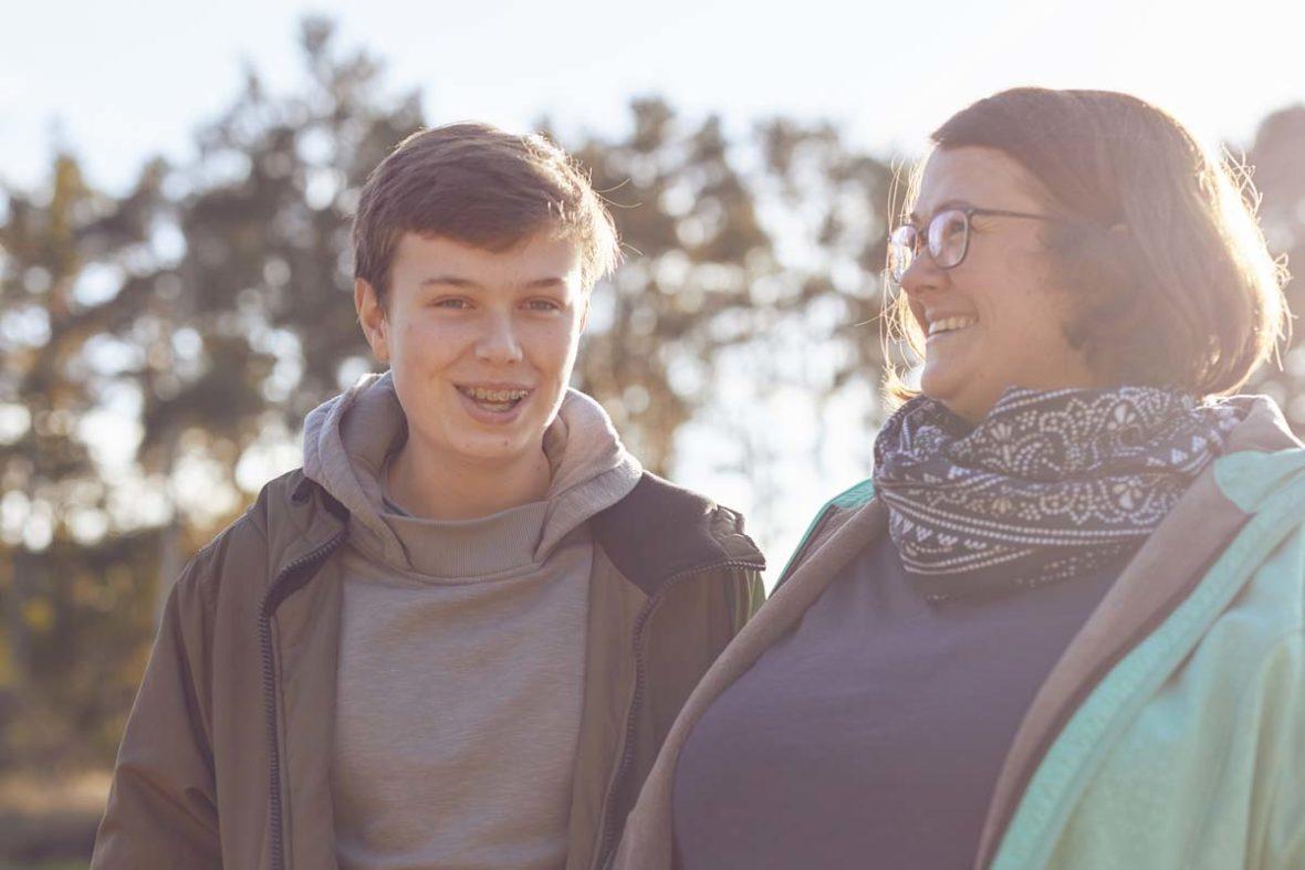 Erik mit seiner Mutter Nadine Burdach. Beide lachen.