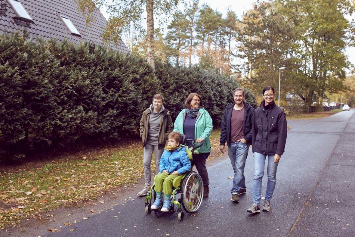 Familie Burdach geht spazieren, mit dabei ist auch Anja Schwinghoff von den Johannitern.