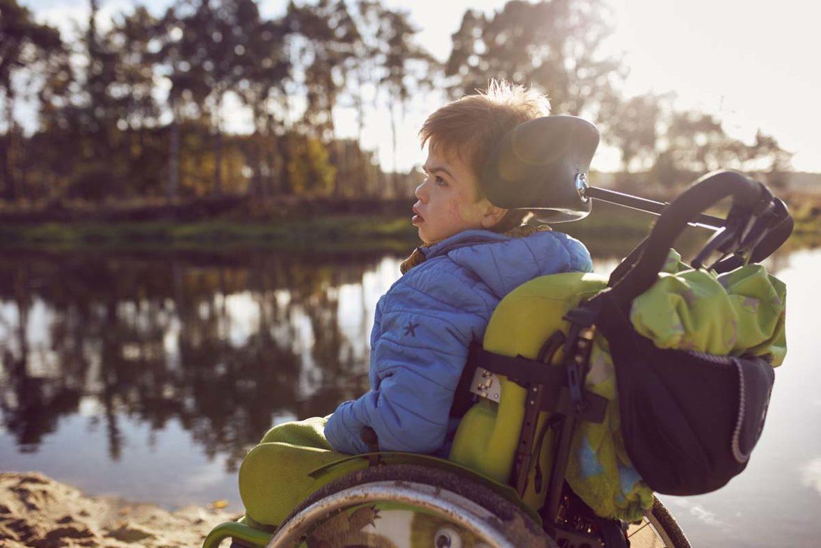 Filip in seinem Rollstuhl am Ufer der Spree.