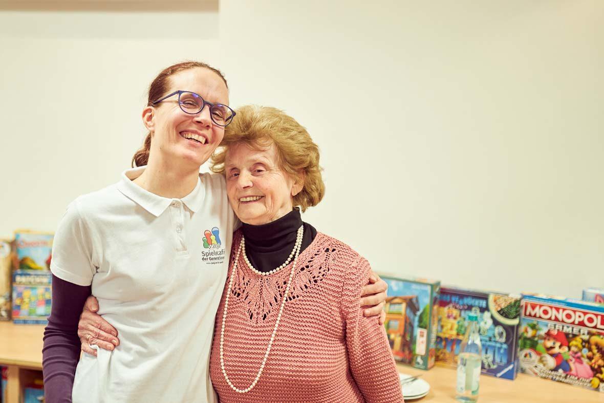 Petra Fuchs steht mit Mathilde Arm in Arm da, die beiden Frauen lachen freundlich in die Kamera.