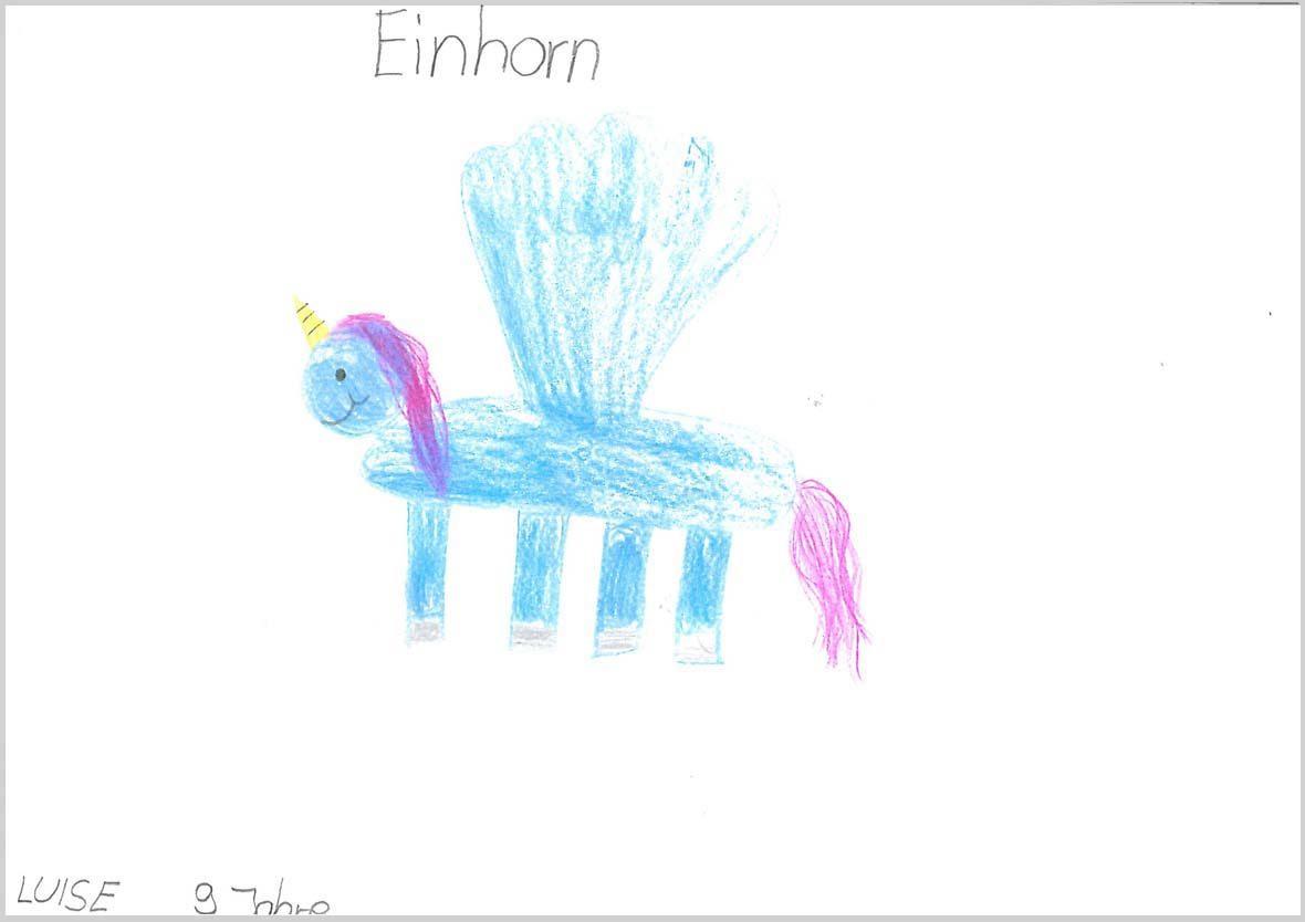 Ein blaues Einhorn ist auf dem Bild zu sehen, es hat vier Beine nebeneinander, zwei große blaue Flügel und eine lila Mähne und einen lila Schweif. Es hat ein gelbes Horn und lächelt.