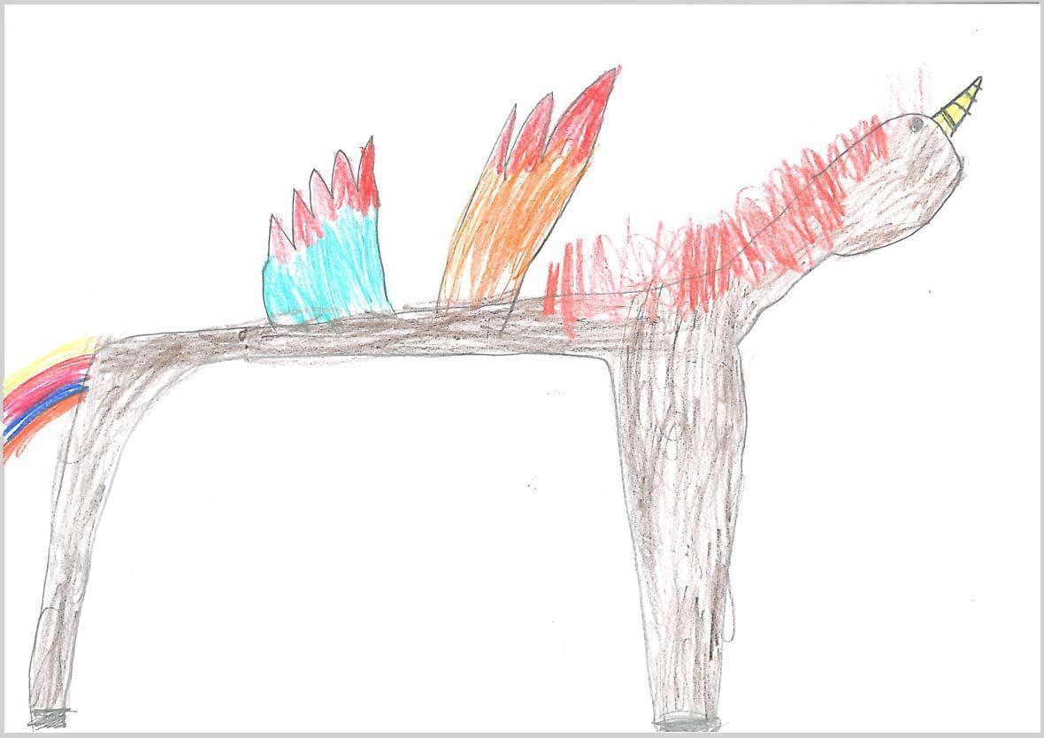 Ein Tier, das aussieht wie ein längliches Einhorn ist darauf zu sehen. Das Tier hat zwei sichtbare Beine (eines vorn, eines hinten), einen bunten Schweif und zwei Flügel in der Mitte des Körpers, einer blau, einer orange und beide mit roten Spitzen. Die Mähne ist rot, das Horn gelb.