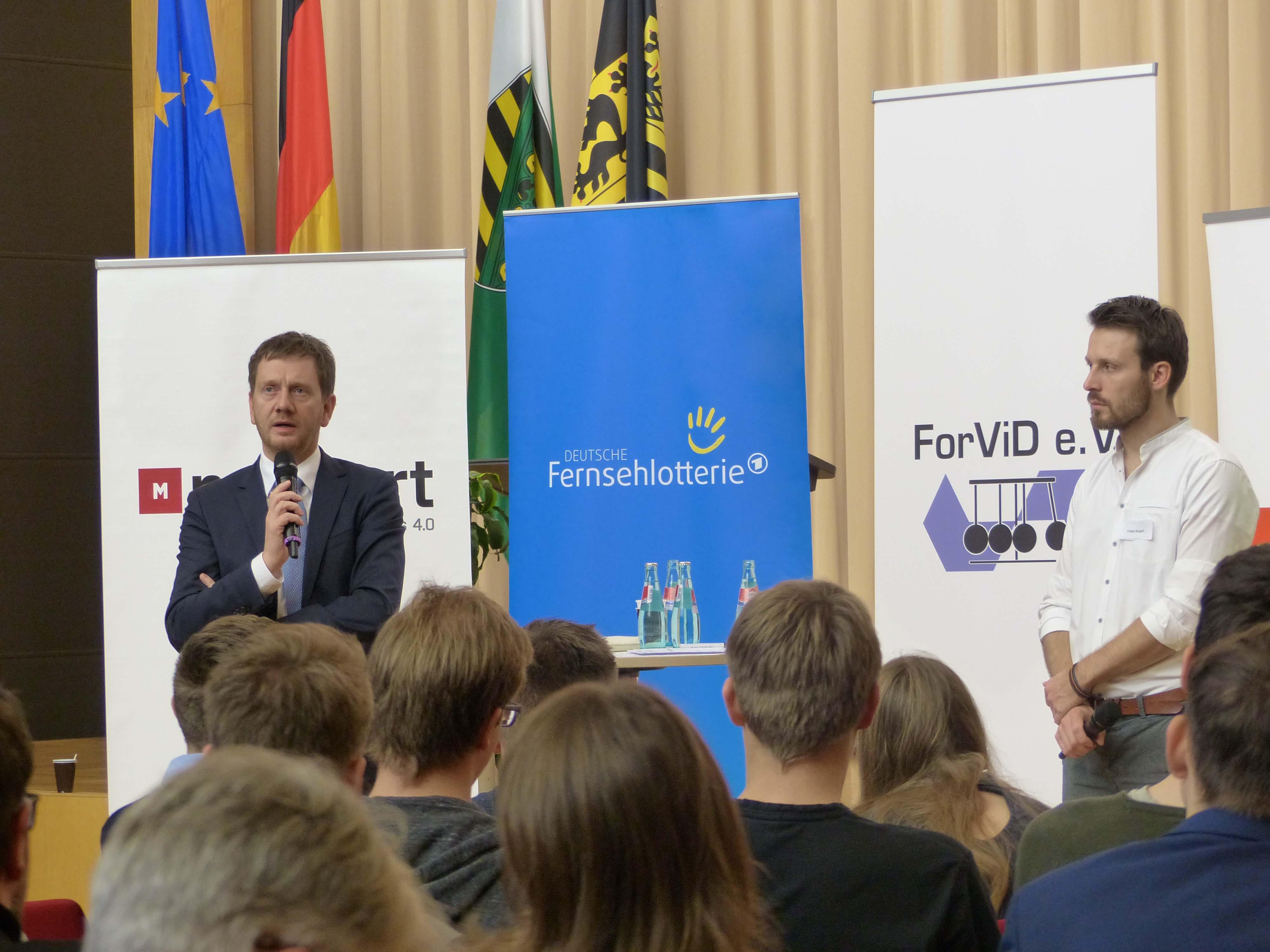 Ministerpräsident spricht bei 24h Diskussion