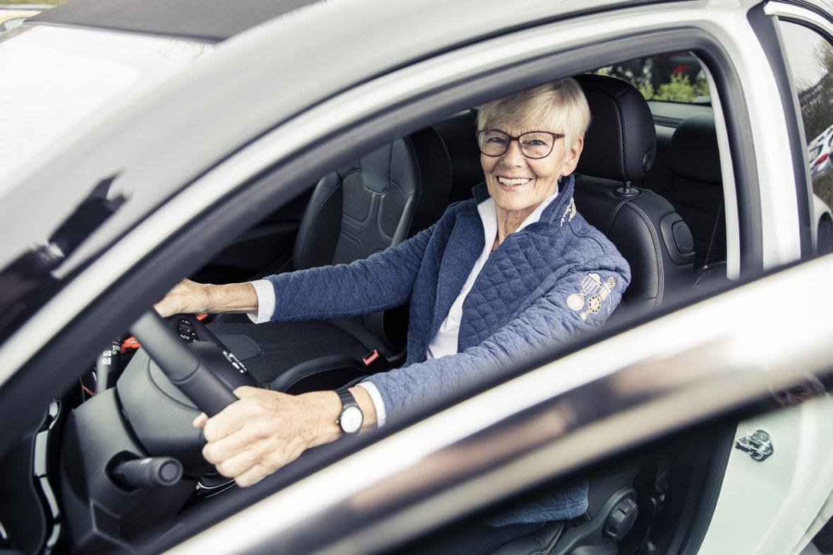 Glückliche Gewinnerin mit neuem Opel Adam