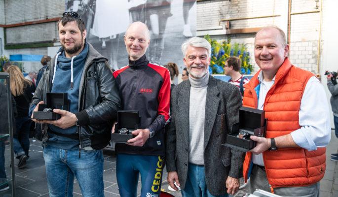 Geschäftsführer Christian Kipper mit den Gewinnern der Uhren.