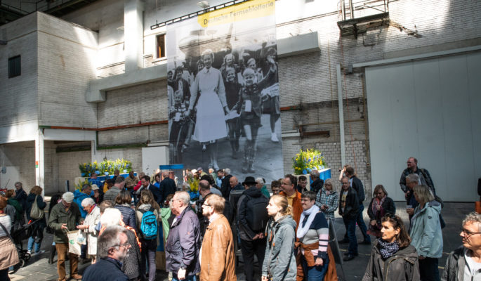 Besucher am Stand der Deutschen Fernsehlotterie