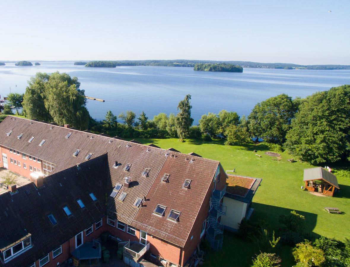 Foto: Die Jugendherberge von Oben mit Blick auf den See.