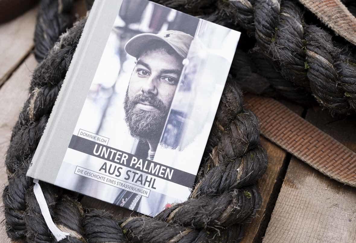 """Foto: Das Buch """"Unter Palmen aus Stahl"""" liegt in einem dicken Schiffstau"""