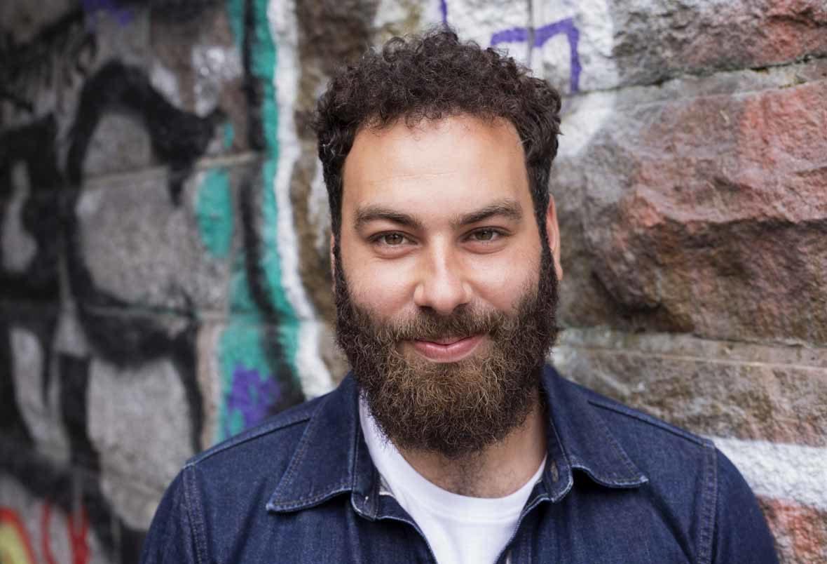 Foto: Mann mit Bart lächelt in die Kamera