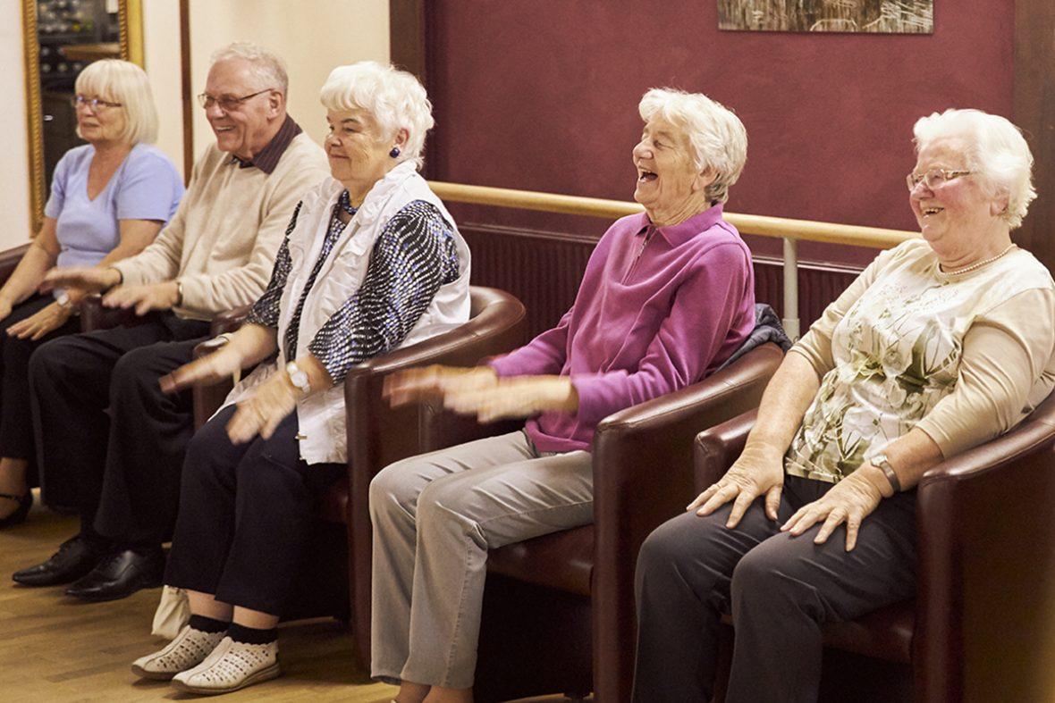 Alle haben Spaß beim tanzen im sitzen