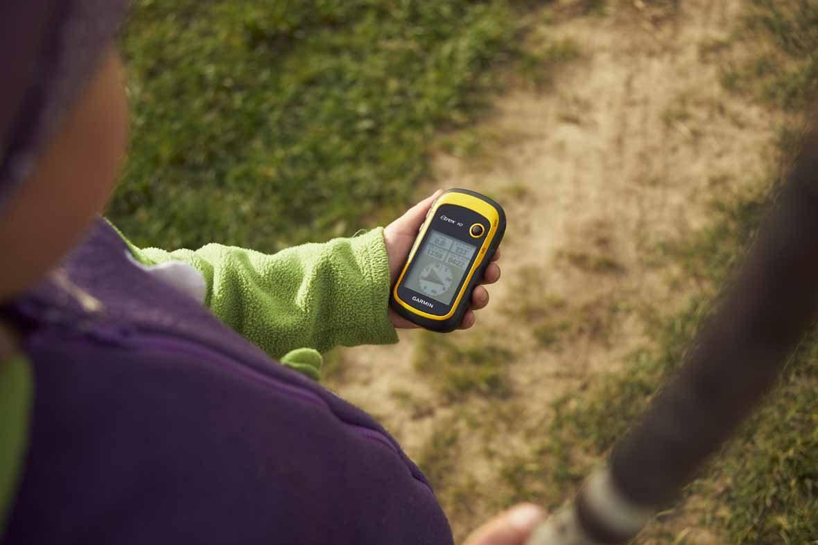 Foto: Ein GPS-Tracker in einer Hand.