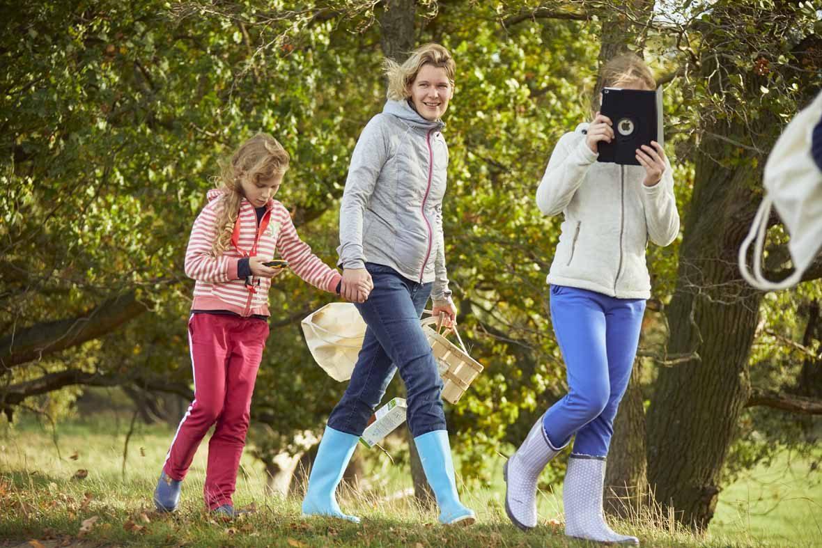 Foto: Ein Mädchen macht Fotos mit einem Tablet.