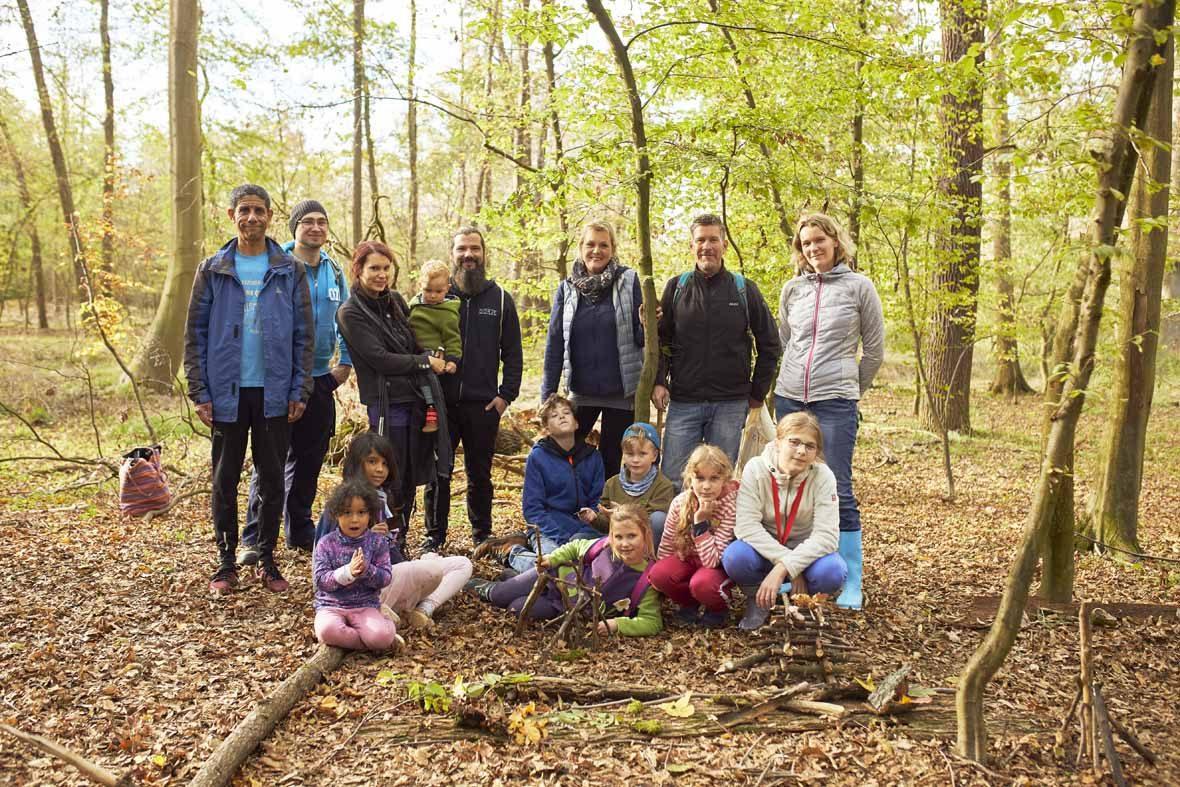 Foto: Ein Gruppenfoto der Wandergruppe im Wald.