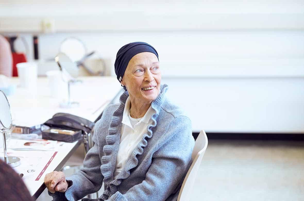 Foto: Eine alte Frau sitzt am Tisch