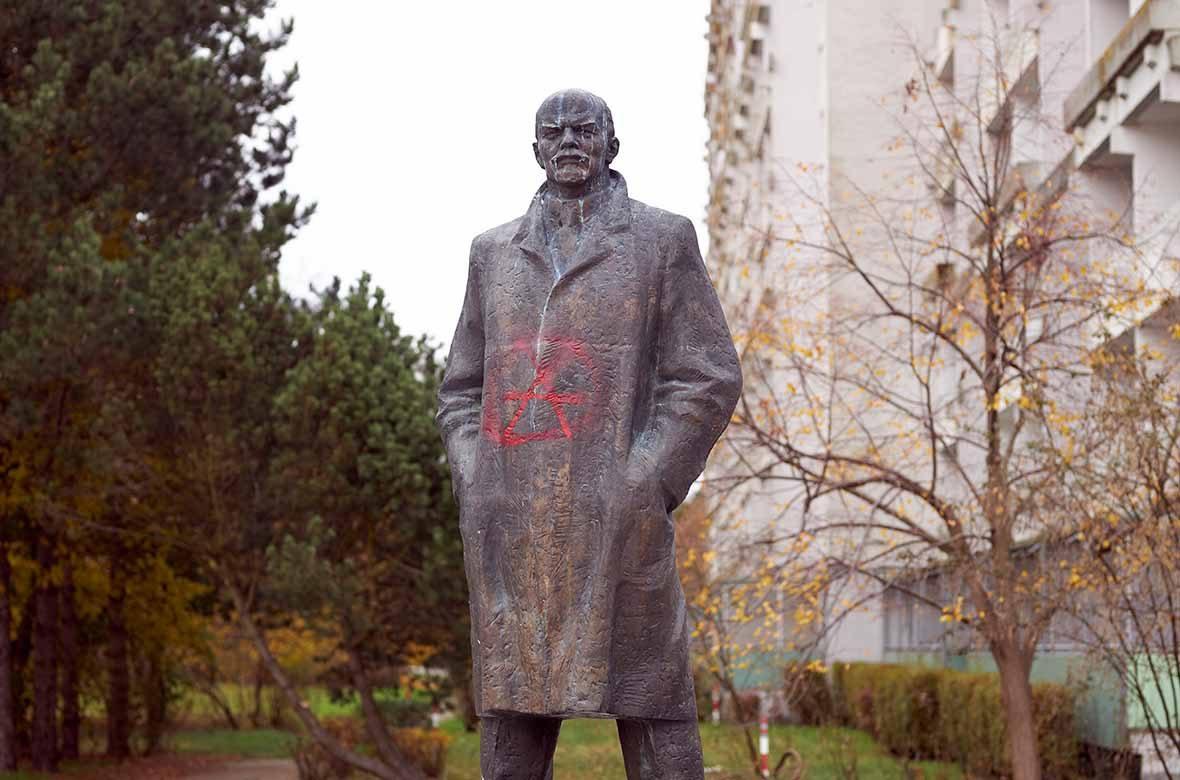 Die Lenin-Statue im Plattenbaugebiet Mueßer Holz in Schwerin.