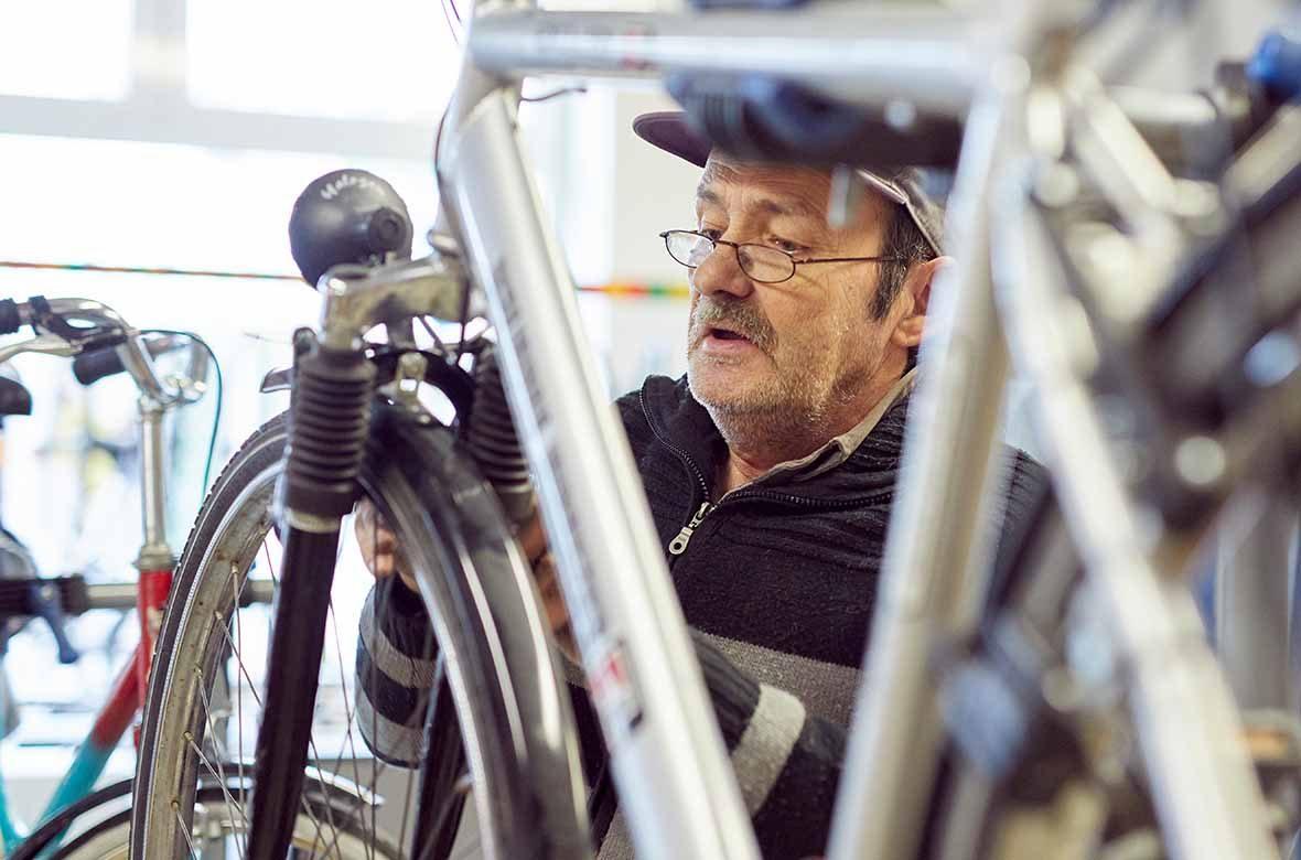 Ein Mann arbeitet an einem Fahrrad.