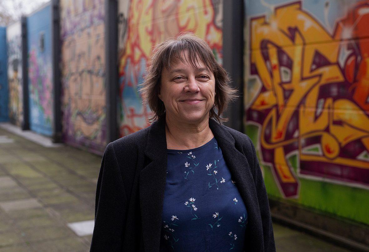 Quartiersmanagerin Maria Herrmann vor einer Graffiti-Wand.