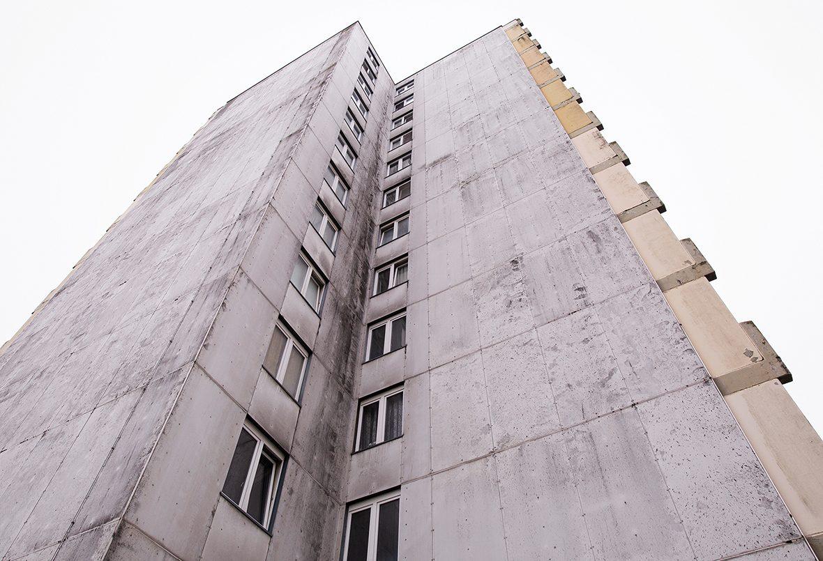 Ein Hochhaus mit grauer Fassade.