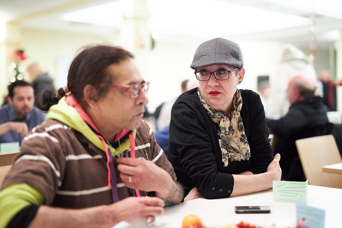Foto: Ein Mann und eine Frau sitzen am Tisch und unterhalten sich