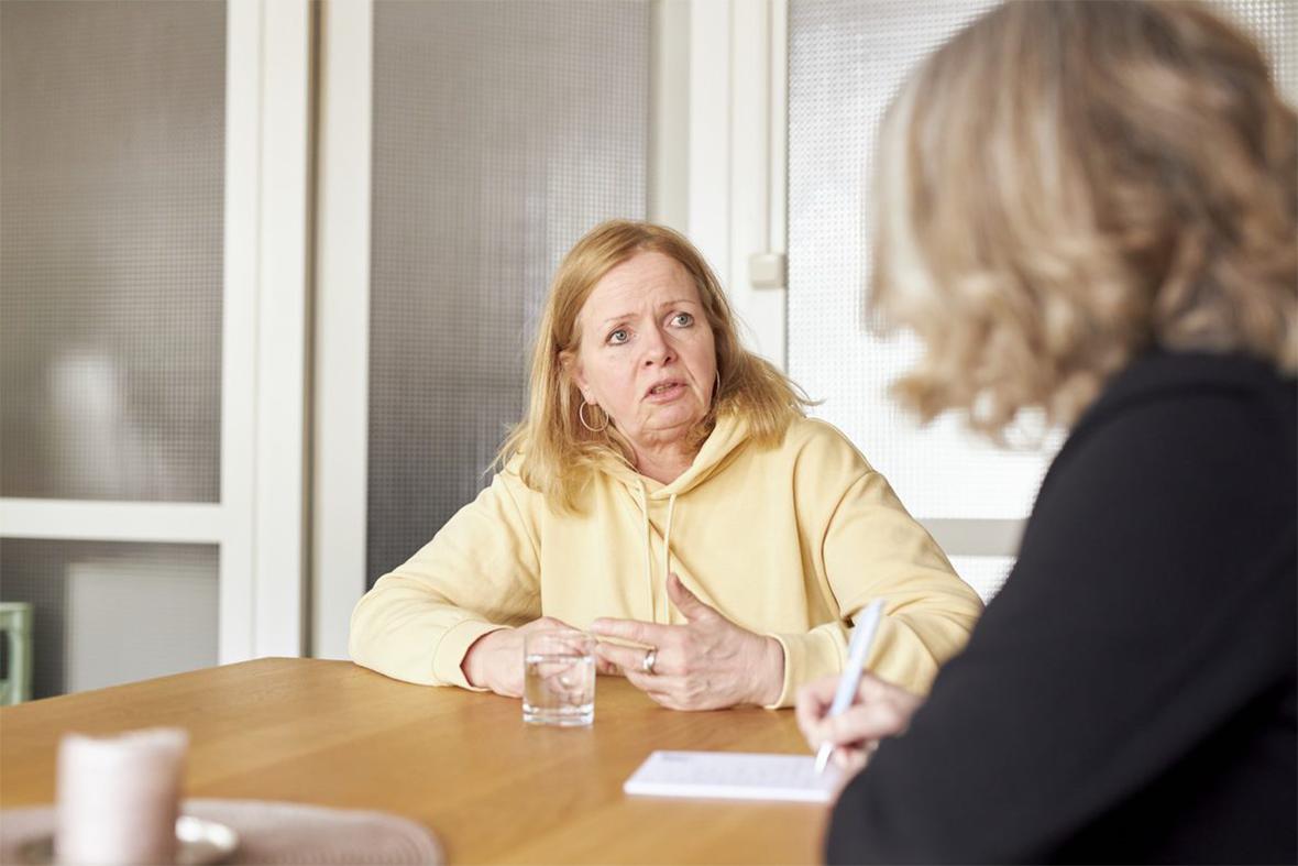 Foto: Eine Frau im Gespräch mit einer Beraterin der Deutschen Muskelschwund-Hilfe