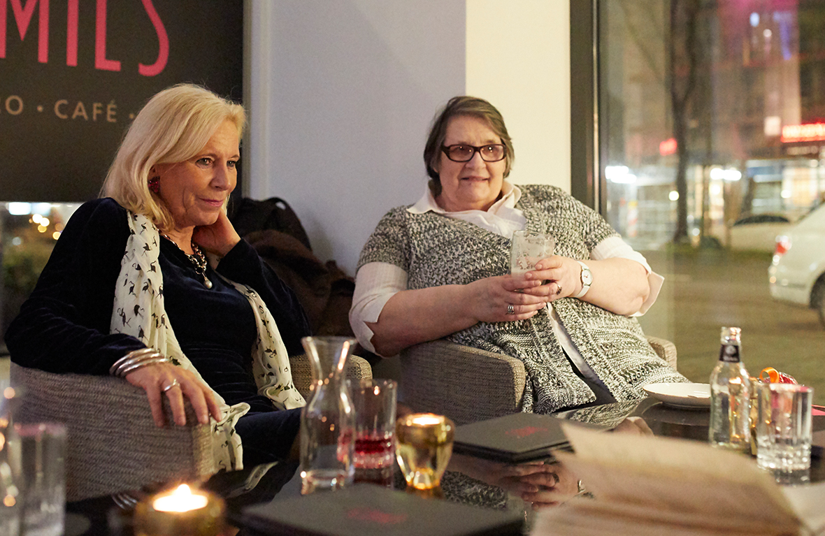 zwei Frauen sitzen in einem Café