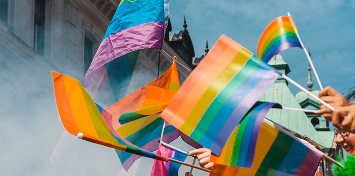 LSBTI*-Themenwoche: Viele Regenbogenflaggen, die geschwenkt werden.