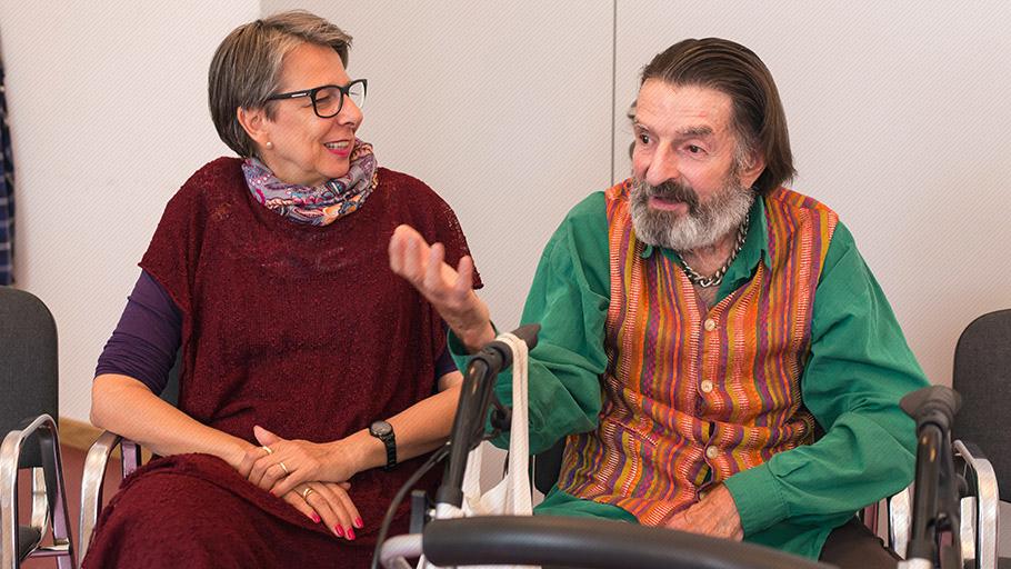 LSBTI*-Themenwoche: Ein älterer Mann aud der Pflege-WG Lebensort Vielfalt in Berlin spricht mit einer Frau