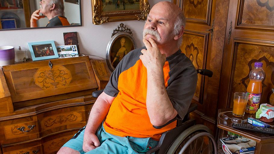 LSBTI*-Themenwoche: Ein älterer Mann im Rollstuhl in seinem Zimmer in der Pflege-WG Lebensort Vielfalt in Berlin.