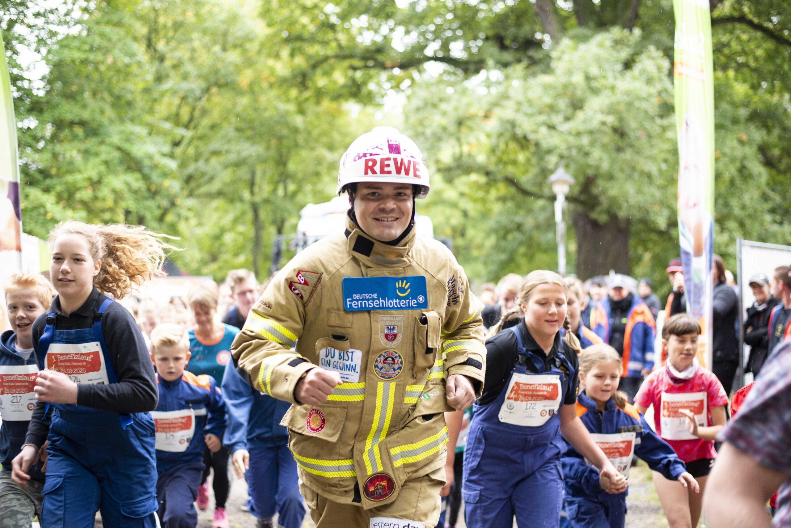 Mario Schnepf eröffnet den Kinderlauf des 3. Run4Kids Benefizlauf in Sömmerda. FOTO: Marie Hauschild