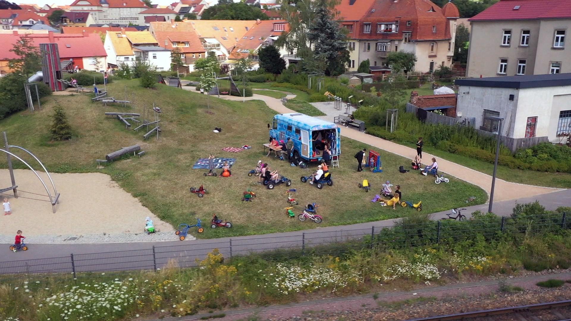 Das Spielmobil ist ein betreuter mobiler Spielplatz und eine Alternative zur konsumorientierten Freizeitgestaltung. Bild: Deutsche Fernsehlotterie