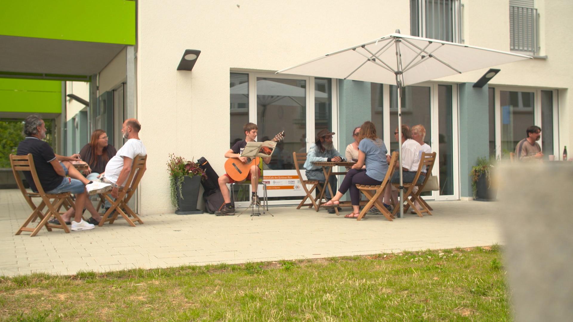 """Im Esslinger Wohncafé """"Am Schönen Rain"""" werden zwei Wohnungen im Erdgeschoss als Wohncafé genutzt."""
