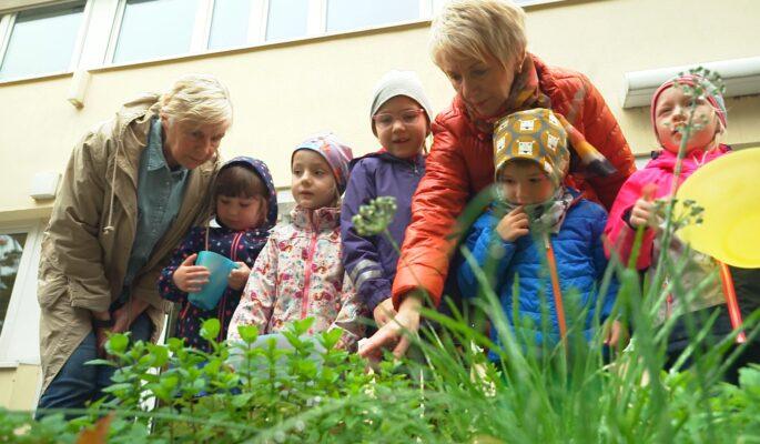 Im Familienzentrum kommen verschiedene Generationen zusammen und Kinder erhalten Betreuung.