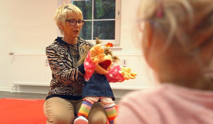 Die ehemalige Erzieherin Petra Küttner engagiert sich ehrenamtlich im Familienzentrum und betreut die Kinder.
