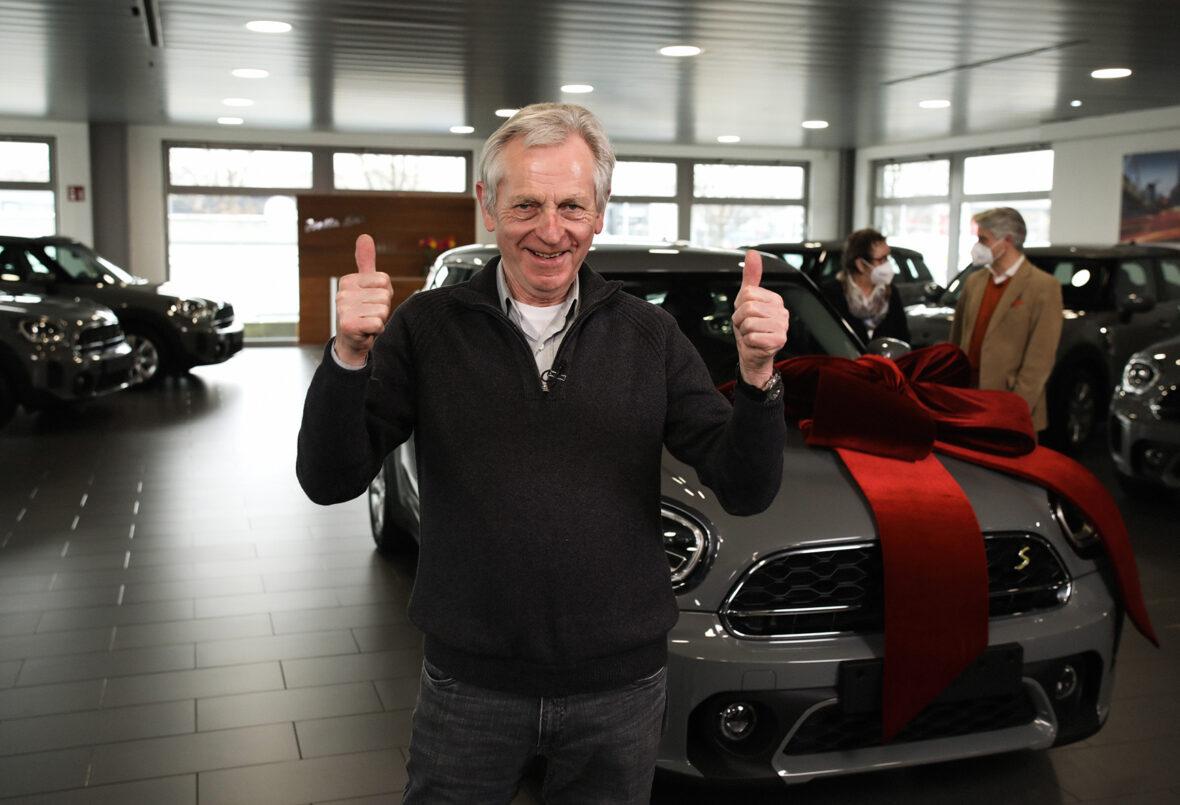 Der Gewinner Jürgen Benecke aus Schnackenburg, Niedersachsen vor seinem neuen Fahrzeug.