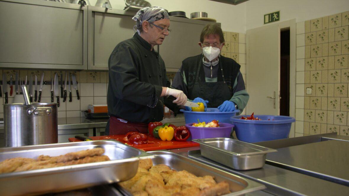 """Zwei Bewohner der """"Wabe"""" in der Küche."""