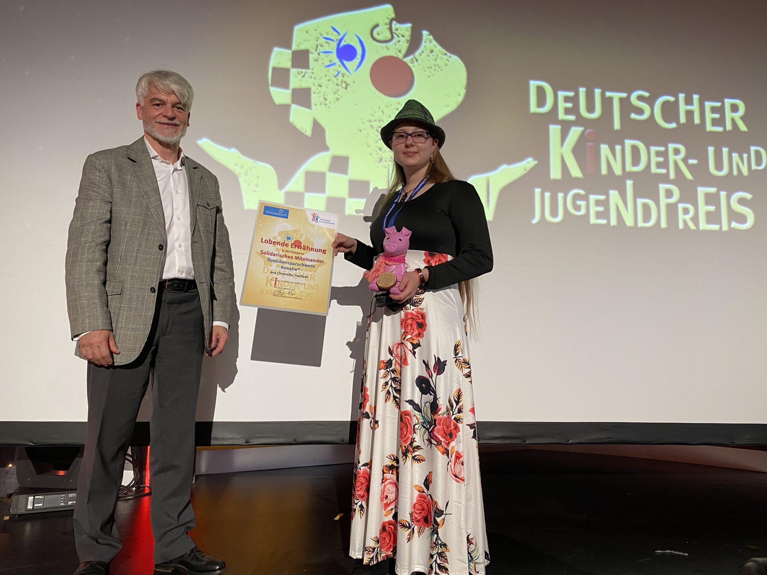 """Christian Kipper mit Janice vom Projekt """"Spendensparschwein Rosalie"""", der Gewinnerin der """"Lobenden Erwähnung"""" in der Kategorie Solidarisches Miteinander."""