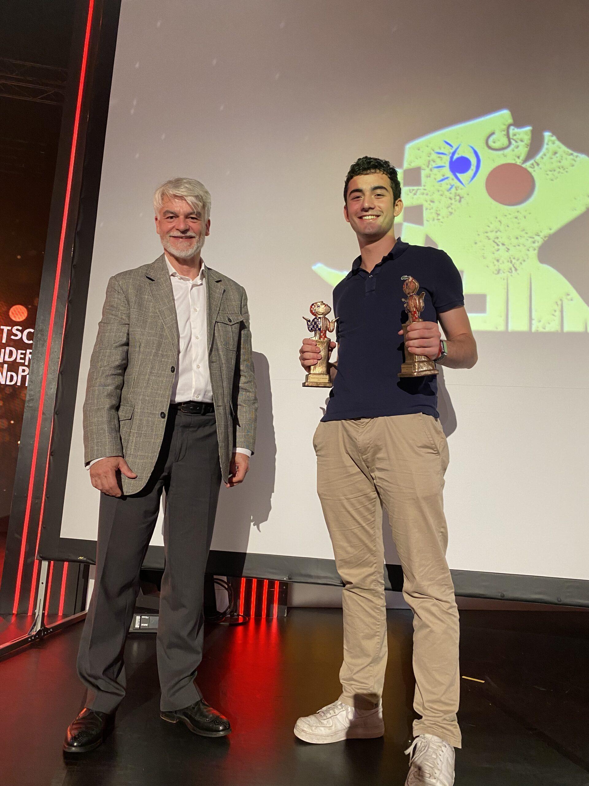 Christian Kipper mit dem Gewinner des Deutschen Kinder und Jugendpreises Noah vom Projekt CoronaPort.